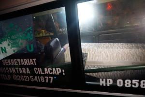 Mobil ambulans yang membawa jenasah terpidana mati Daniel Enemuo melintas di Dermaga penyeberangan Wijayapura, Cilacap, Jawa Tengah, Minggu (18/1) dini hari