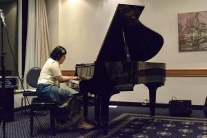 Rosalin Santoso am Flügel mit Claude Debussy. Foto: Andreas Heisler