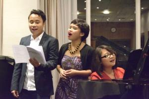 """Abschluss Lied. Gemeinsam sangen die Gäste """"Heal The World"""" gemeinsam mit dem Malik, Bernadeta und Agnes. Foto: Andreas Heisler"""